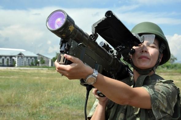 Sınırı bekleyen kadın askerler 1