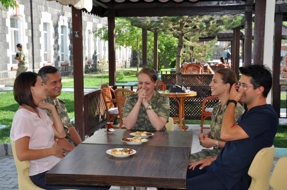 Sınırı bekleyen kadın askerler 15