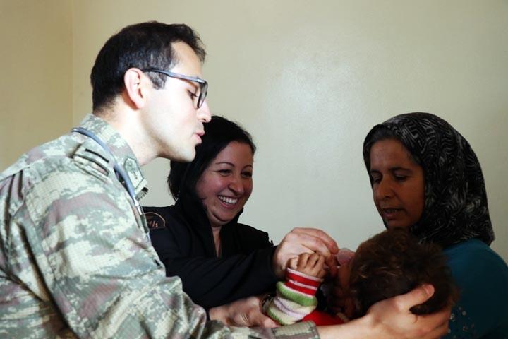 Türk askerinden Cinderesli sivillere şefkat eli 1