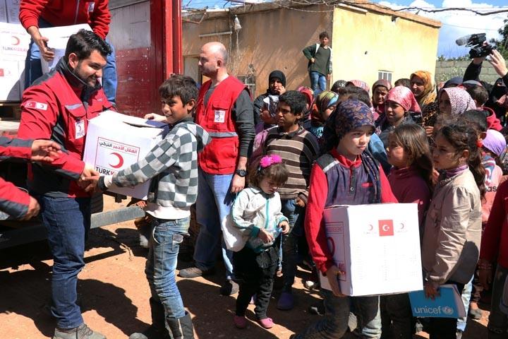 Türk askerinden Cinderesli sivillere şefkat eli 2