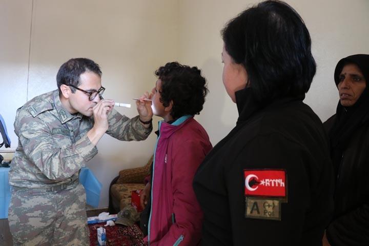 Türk askerinden Cinderesli sivillere şefkat eli 3
