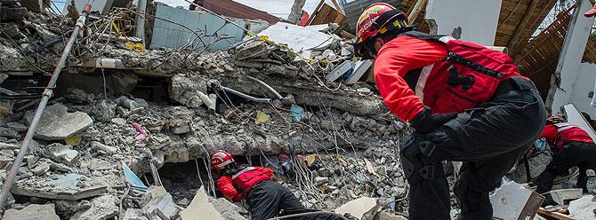 Depremde yıkılan cezaevinden 180 mahkum kaçtı!
