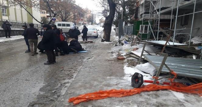 Başkent'te fırtınanın uçurduğu saç levha bir kişiyi yaraladı