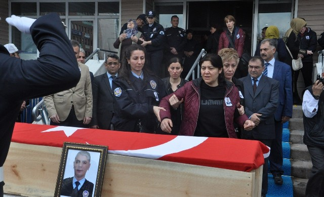 Görev başında kalp krizi geçiren polis hayatını kaybetti