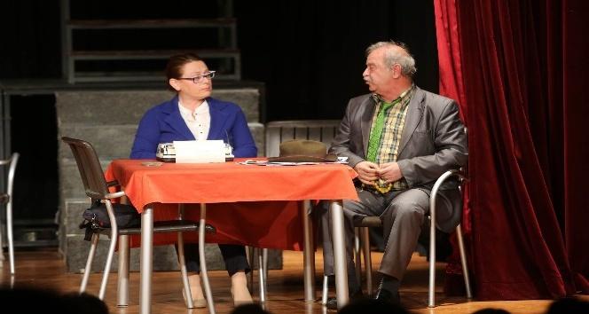 """Belediye personeli """"Komşu köyün delisi"""" oyununu sahneledi"""