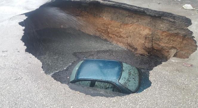 Başkent'te Otomobil Çöken Yoldaki Çukura DÜştü