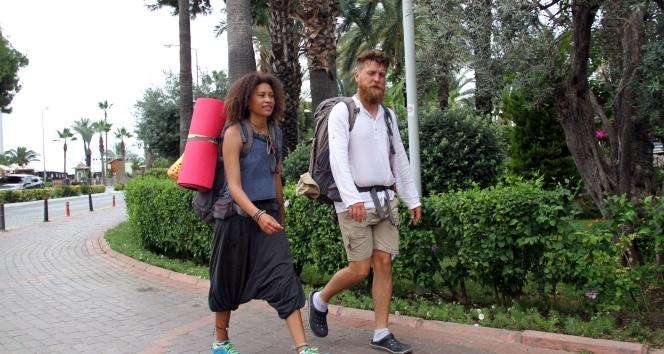 Dünyayı bisikletle dolaşan Alman çift yürüyerek İran'a gitmek için yola çıktı
