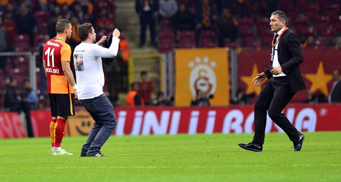Sahaya giren Galatasaray taraftarı, o anları anlattı