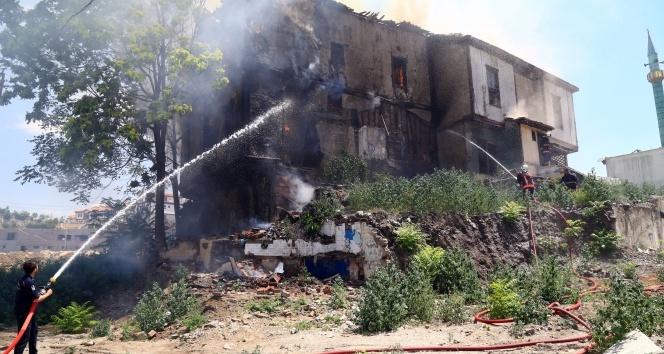 Başkent'te iki tarihi binada yangın: Binalardan biri çöktü, diğeri küle döndü
