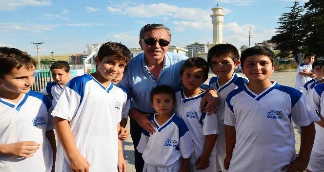 Başkan Çetin binlerce çocuğa spor malzemesi hediye etti