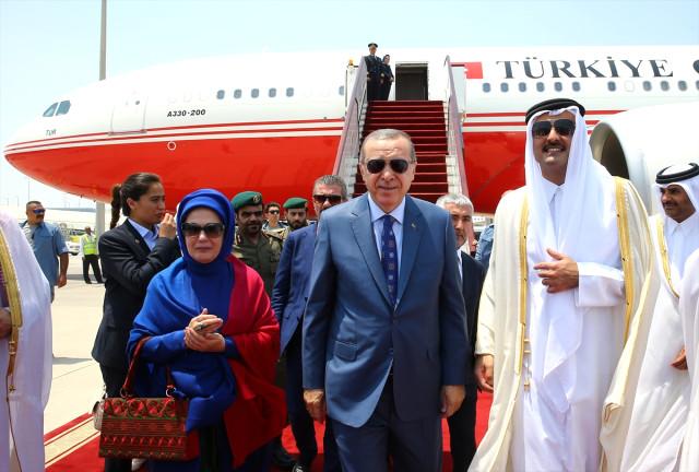 Cumhurbaşkanı Erdoğan, Katar'a Geldi! Emir Havalimanında Karşıladı