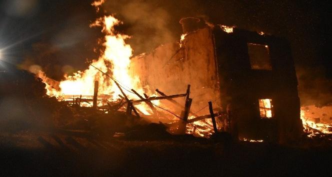 Kızılcahamam'da iki katlı bina alevlere teslim oldu