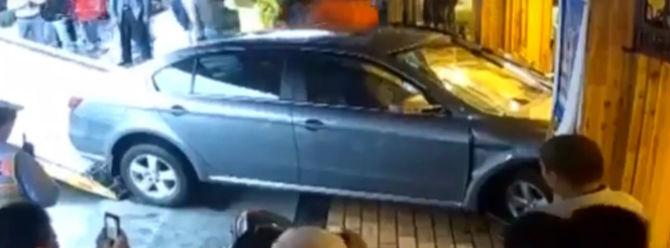 Otomobil restorana daldı