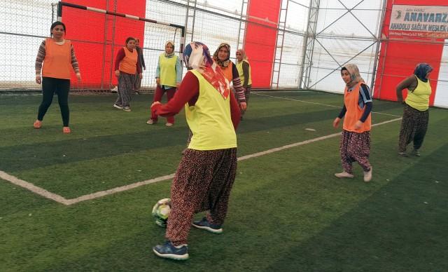 Kadınlardan davullu zurnalı şalvarlı futbol maçı