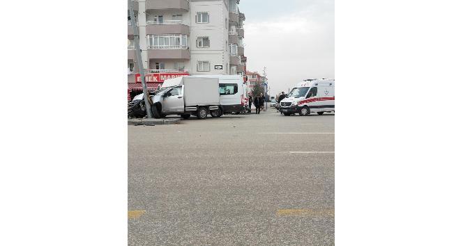 Sincan'da kamyonet öğrenci servisine çarptı
