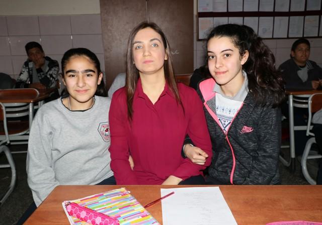 Görme engelli öğretmen, öğrencileriyle hayata tutunuyor