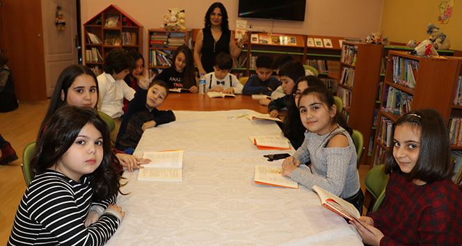 Her ay bir araya gelip hem kitap okuyorlar hem tanışıyorlar