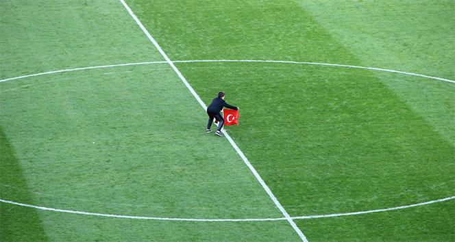 Minik taraftar santraya Türk bayrağı dikti!