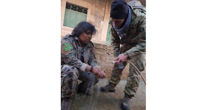 ÖSO askeri esir aldığı YPG'li teröriste su verdi
