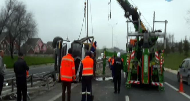 Çöp kamyonu devrildi! Trafik felç oldu