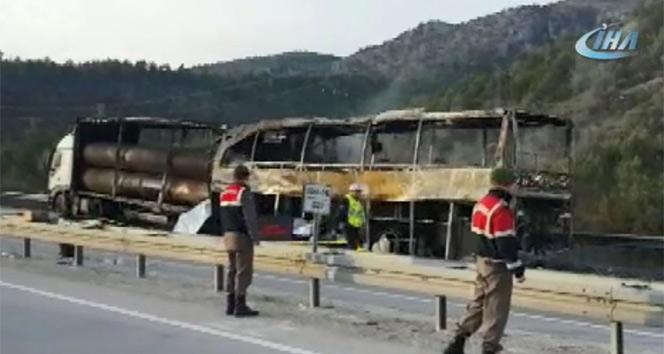 Feci kaza! Otobüs tıra çarptı: 13 ölü