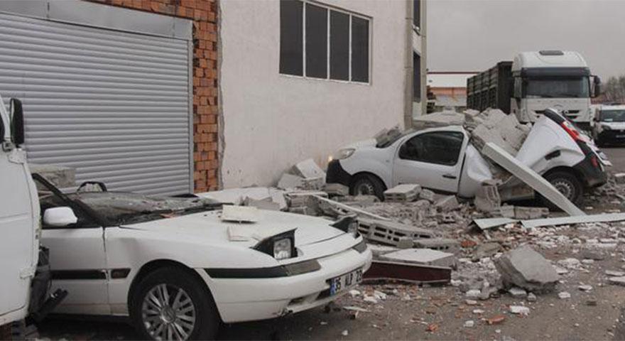 Sivas'ta kuvvetli rüzgar duvarı yıktı! Araçlar hurdaya döndü
