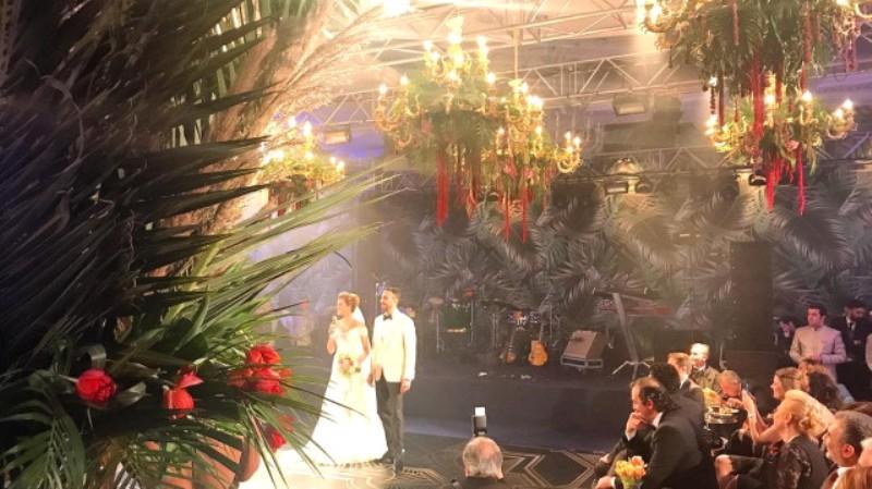 Ünlü sunucu muhteşem düğünle evlendi