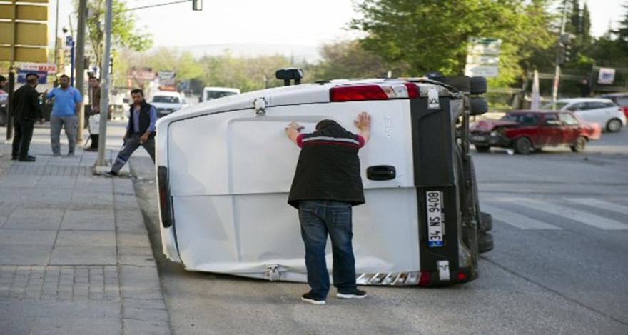 Ankara'da kırmızı ışıkta geçen minibüsün kazaya neden oldu