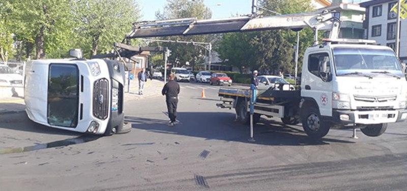 Askerleri taşıyan minibüs devrildi
