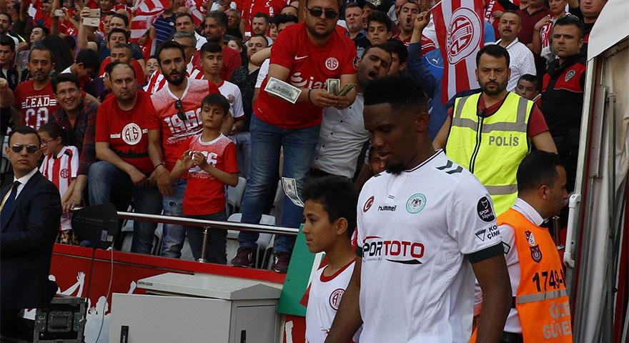 Antalyaspor taraftarı Eto'o'ya Dolar attı! Eto'dan şoke eden hareket!