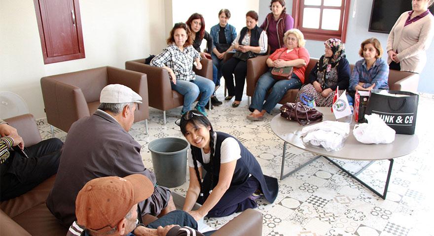 Japonya'dan gelip yaşlıların ayaklarını yıkadı!  Aşiyu yöntemi nedir?
