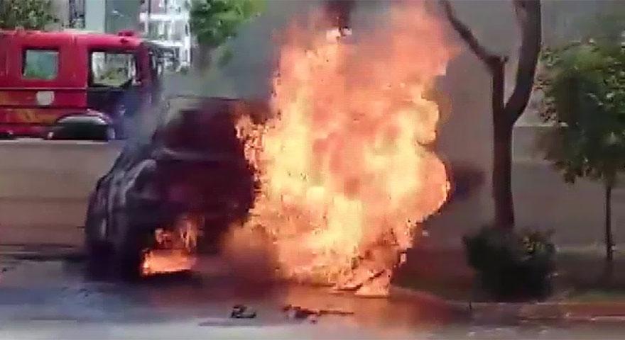 Adana'da korkutan olay! Kontağı çevirdiği otomobil alev aldı