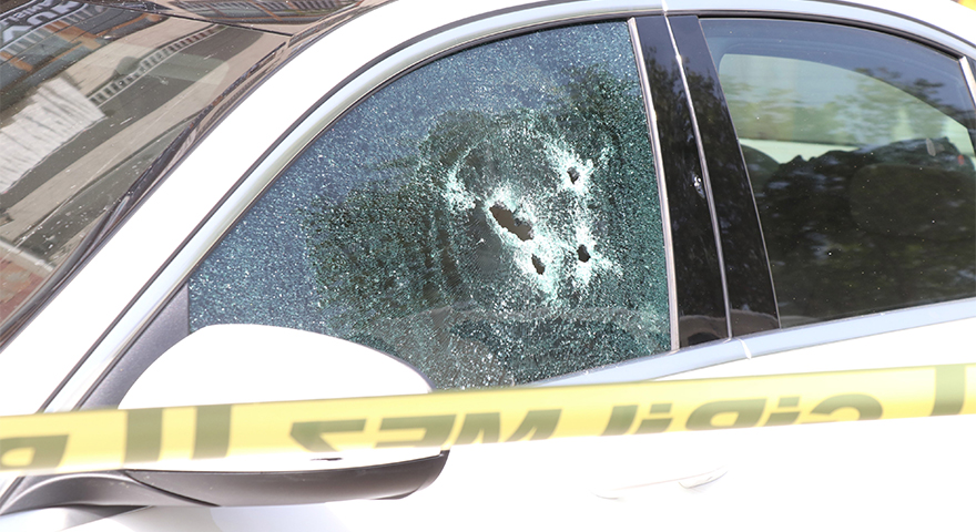 Ekrem Şenel lüks otomobilinin içinde silahlı saldırıya uğradı