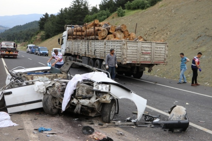 Araba yok oldu 3 kız öldü