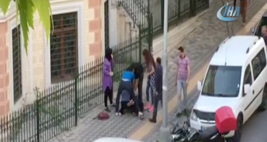 Kızlar tekme tokat birbirine girdi