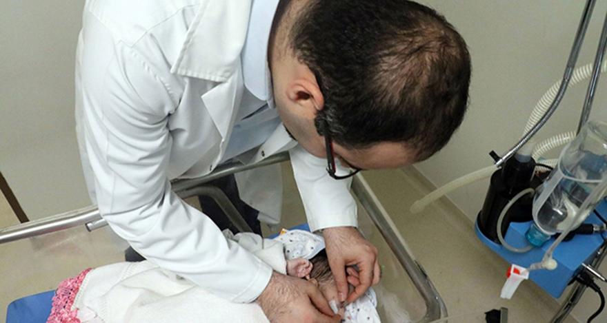 Yeni doğmuş bebeğe göz kapağı yapıldı