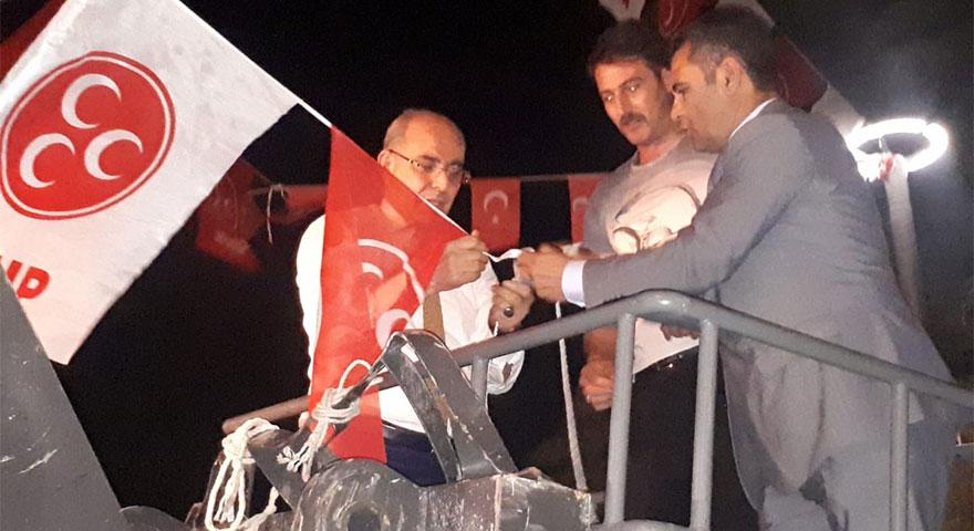 Mevlüt Karakaya vinçe çıktı bayrak astı