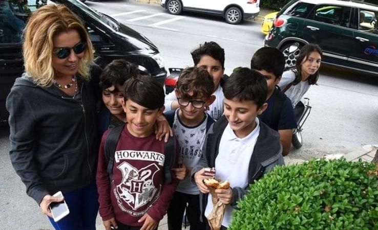 Gülben Ergen çocuklar ile fotoğraf çektirmek isteyince hayatının şokunu yaşadı