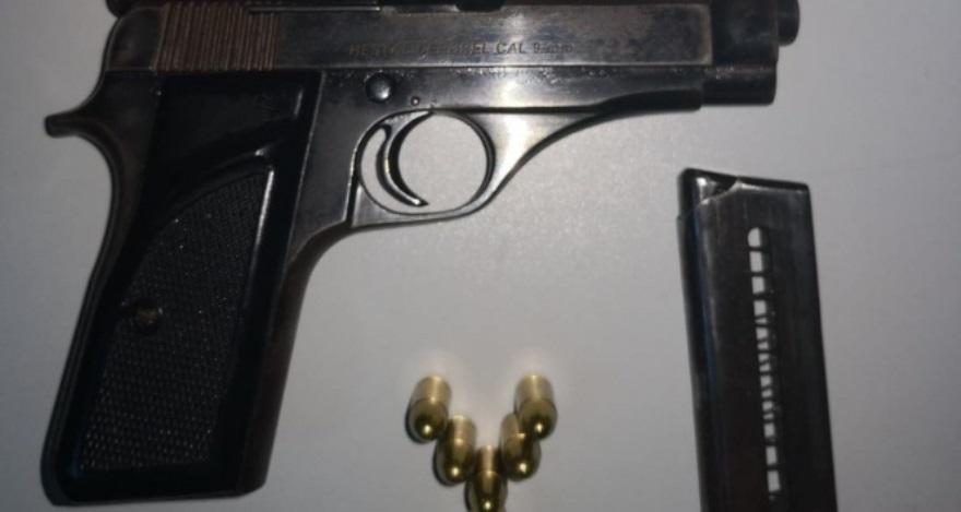 Polis araçta ruhsatsız tabanca buldu