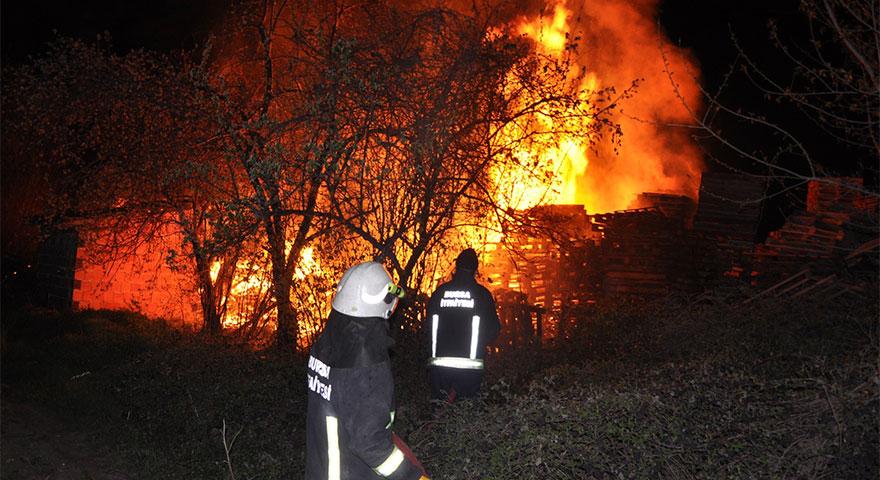 Bursa'da palet atölyesi alev alev yandı