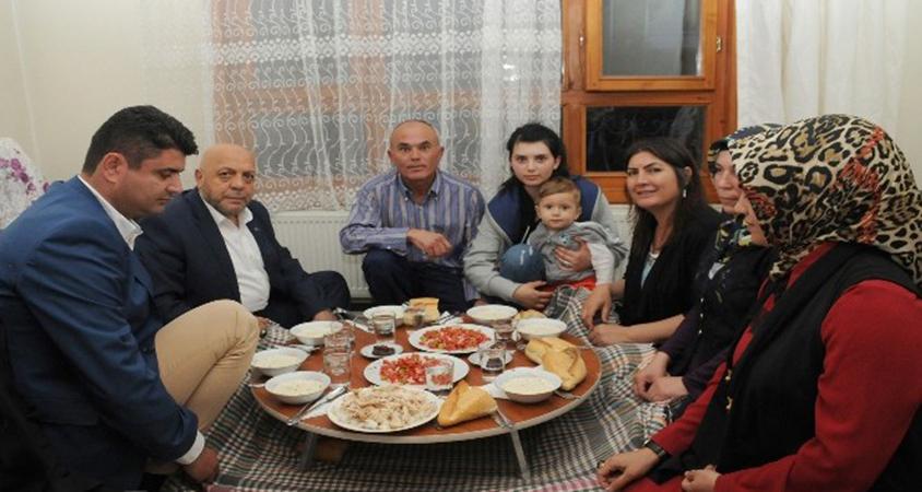 HAK-İŞ başkanı Mahmut Arslan taşeron işçinin evinde iftar açtı