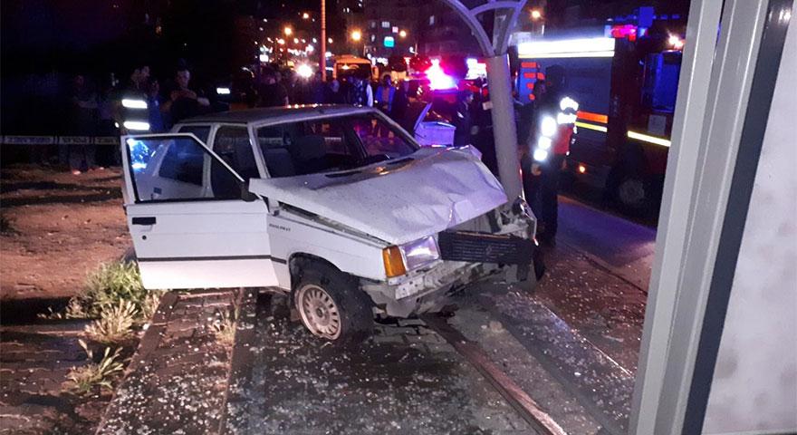 Yayaya çarpan otomobil durağa daldı: 3 yaralı