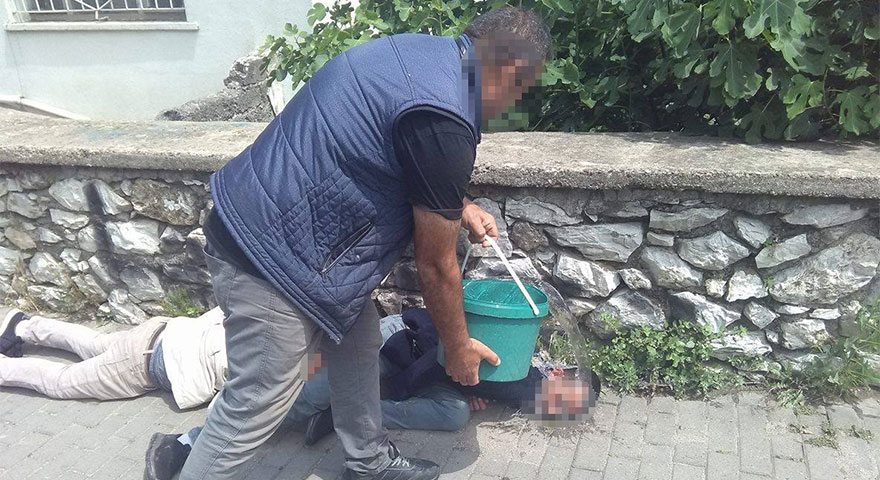 Uyuşturucu madde kullanan gençleri vatandaşlar, su dolu kovayla ayılttı