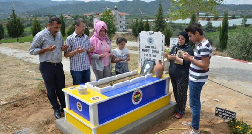 Manisa'da mezar taşını sarı lacivert olarak yaptırdılar