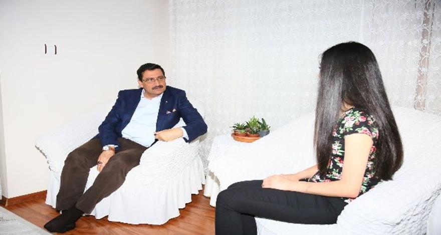 Keçiören Belediye Başkanı Mustafa Ak, darp edilen genç kızı ziyaret etti