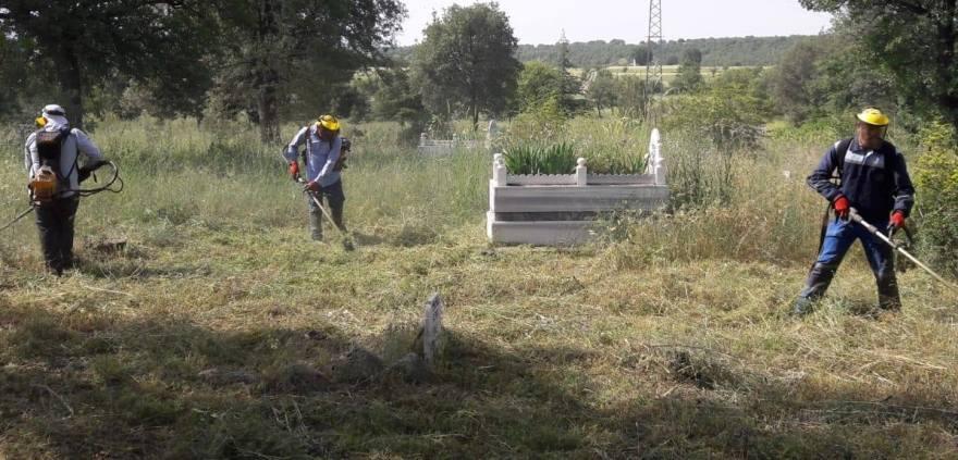 Mezarlık temizleme ve ot biçme işlemleri sürüyor