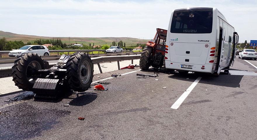 Güney Koreli kafileyi taşıyan otobüs ile traktör çarpıştı: 3 yaralı