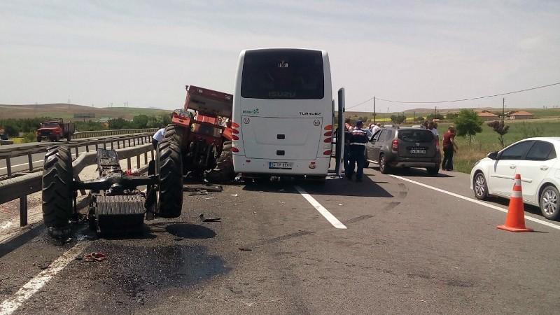 Ankara'da turistleri taşıyan otobüs ile traktör çarpıştı: 3 yaralı