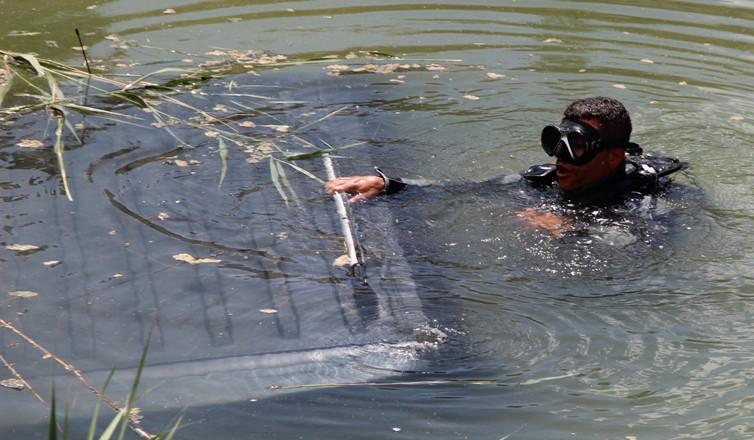 Kamyonet su kanalına uçtu