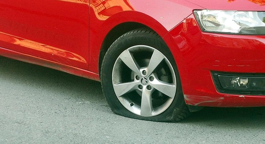 Üsküdar'da park halindeki araçların lastiği kesildi